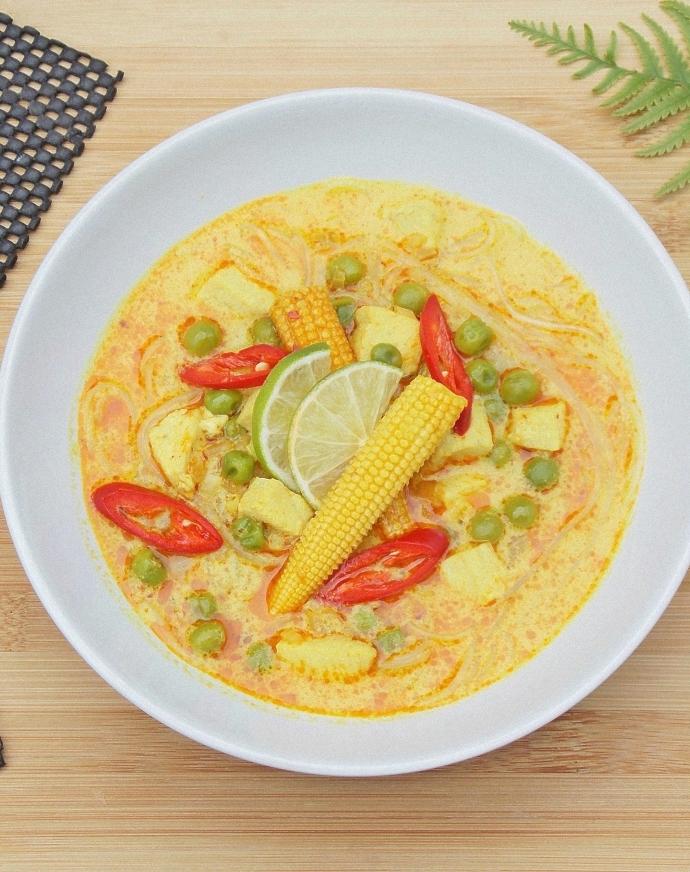 Azjatycka zupa z czerwoną pastą curry
