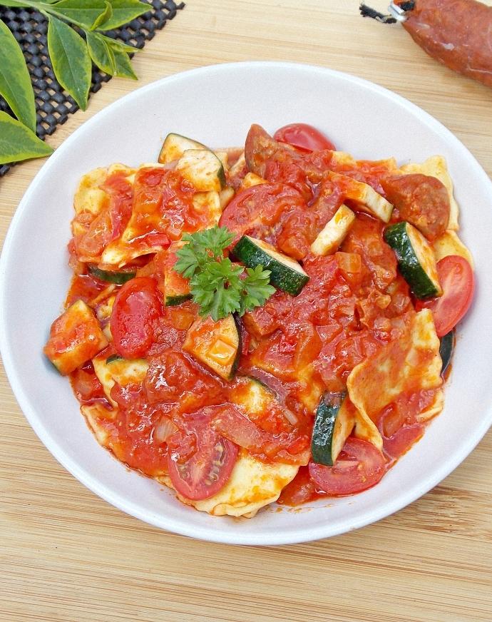 Ravioli w sosie pomidorowym z chorizo