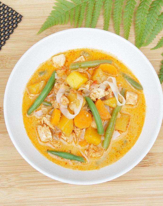 Ostra zupa z kurczakiem, mango i papryczką Komodo Dragon