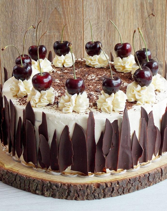 Tort czekoladowy z wiśniami i alkoholem