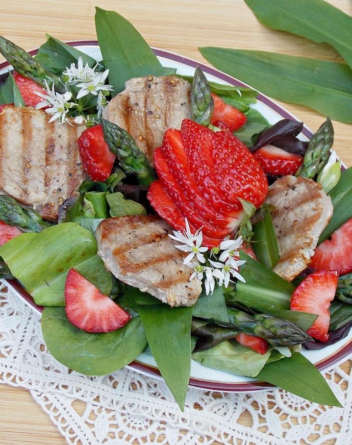 Truskawkowa sałatka z czosnkiem  niedźwiedzim, polędwiczką, szparagami i dressingiem truskawkowym