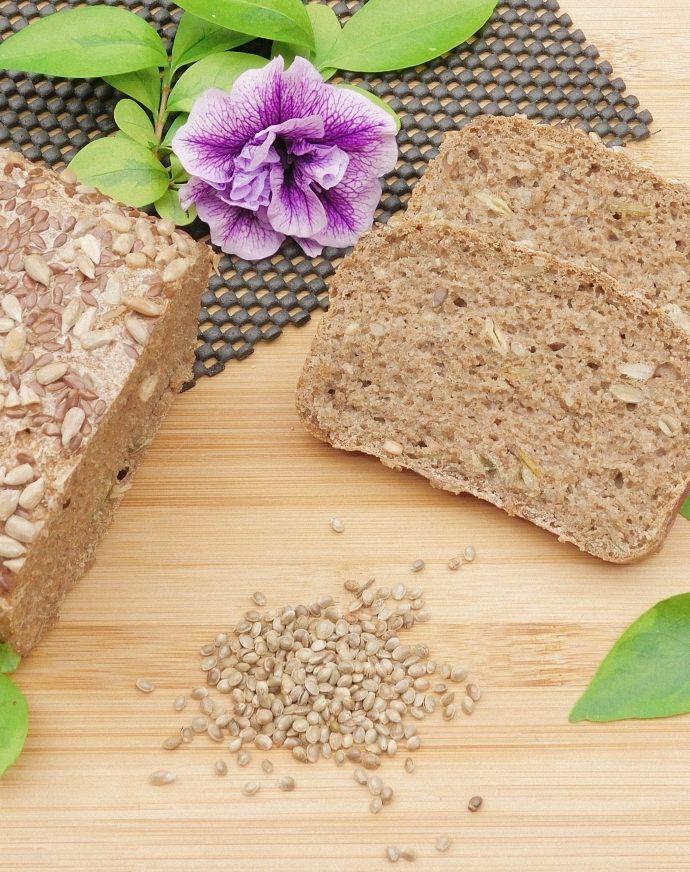 Chleb pszenno-żytni na zakwasie z nasionami konopi siewnej