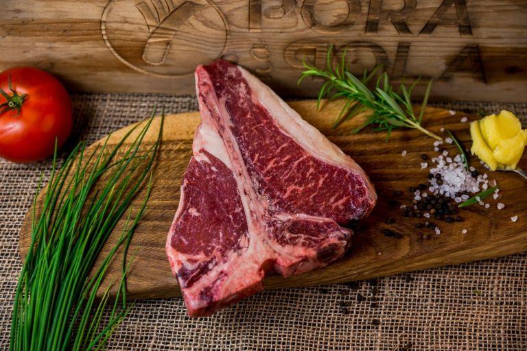 Choć Polska jest uznanym producentem wołowiny, Polacy wciąż niewiele jej zjadają. Szacuje się, że statystyczny Polak je rocznie jedynie 5 kilogramów tego mięsa, co jest bardzo niewielką ilością w porównaniu np. do diety przeciętnego Argentyńczyka, którego jadłospis zawiera aż 100 kilogramów wołowiny w ciągu roku. Jest to spowodowane m.in. tym, że mięso wołowe dostępne na rynku posiada różną jakość i często bywa twarde po ugotowaniu. Ważne jest też umiejętne dobranie rodzaju wołowiny do dania, które zamierzamy przyrządzić. Dania z wołowiny mogą być naprawdę pyszne, o ile wybierzemy mięso wysokiej jakości, czyli np. to dostępne w naszym sklepie poranapola, a następnie poddamy je prawidłowej obróbce.