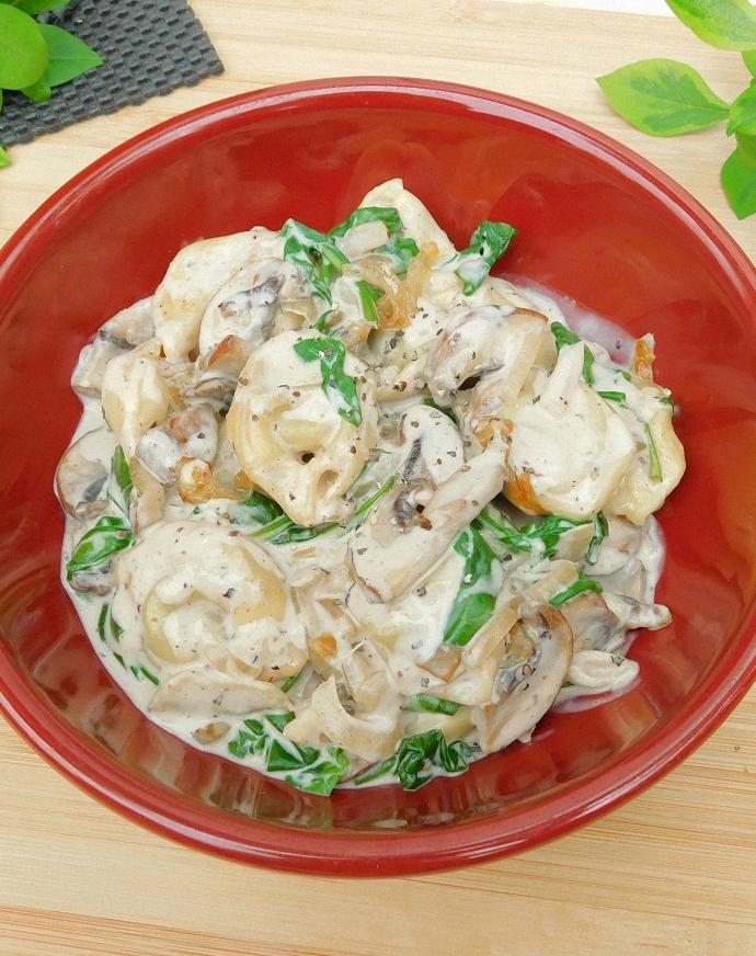 Tortellini w kremowym sosie z pieczarkami i karmelizowaną cebulą